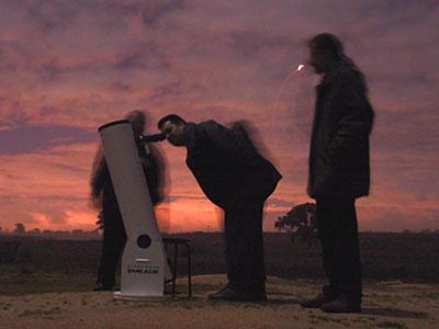 Zé, Joaquim e Ricardo, no início da noite. Pela posição do telescópio, diria que estavam na Lua :-)